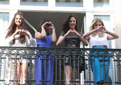 17/02/13 - Selena & la troupe sont allée sur leur balcon pour saluer leur fan !