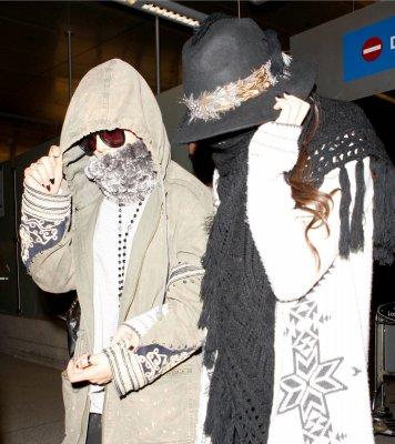 23/02/13 - Photos & Vidéo: Selena arrivant à LAX avec Vanessa Hudgens.