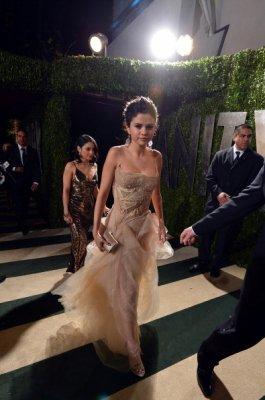 24/02/13 - Photos: Selena à Vanity Fair Oscar Party. (+) Selly était énervée contre Lily Collins parce qu'elle marchait sur sa robe ! [Y a pas de photos car je peux pas ajouter d'image j'ai fais un lien ;)]