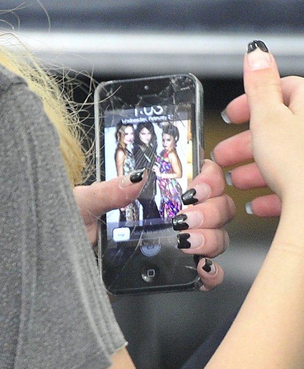 Me revoilàààààààààààààà ! Alors j'ai trouvée une photo assez sympas ou nous voyons une jeune fan qui tient son iPhone en main avec une photo ou nous voyons les 3 Powers Rangers  lors de l'avant première de SP  ! Ho ! Son iPhone est cassé ! Qu'à tu fais mademoiselle ? :3 ! Voici la photo !