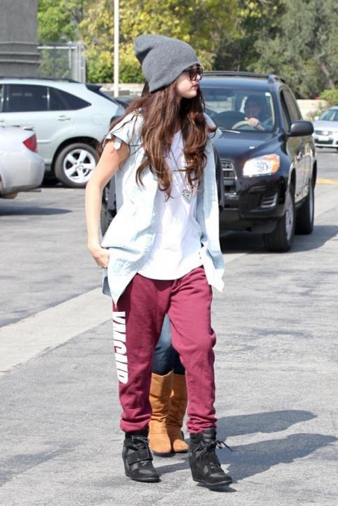 Heeeeey, mes n'amis :3, comment allez vous ? Moi très bien. Wesh dans 5 jours c'mon anniversaire :D. Brefouille. Selena à été aperçue à Grabs Fro Yo accompagnée d'Ashley Cook. TOP & vous ?