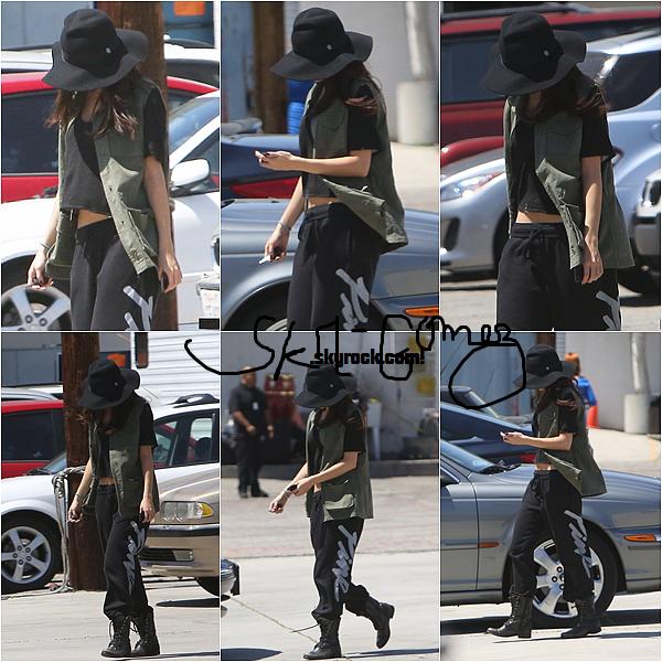 Me revoilàààààààààààààààààààààà ! Alooooors mes Donut's à la crème. Le 10/04/13 - Selena à été aperçue allant au MTV Movie Awards à L.A, elle est habiller en suvet' mais c'est si simple pour aller s'entraîner, que sa tenue lui va à ravir ! Voici ls PHOTOS :B