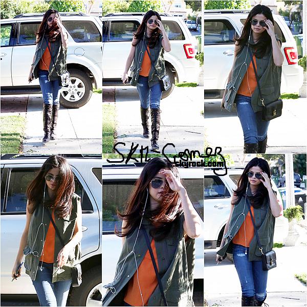 """09/04/13 -  Selena a été repéré près de la maison d'un ami à Calabasas. T'ite question :3 : Aimes tu le """"skm-gomez"""" écrit à la main ou pas ?"""