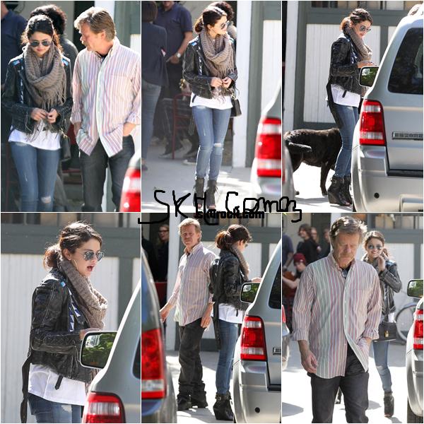 08/04/13 - Selena a été repérée dans le quartier de Sherman Oaks, lors d'une rencontre avec le réalisateur William H. Macy. Comme vous le savez Selena a l'intention de jouer dans le nouveau film.