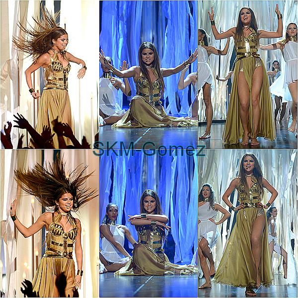 19.05.13 ;  Selena était présente au Billboard Music Awards 2013. Elle a aussi performer Come & Get It. Sa robe est superbe ! J'adore :3