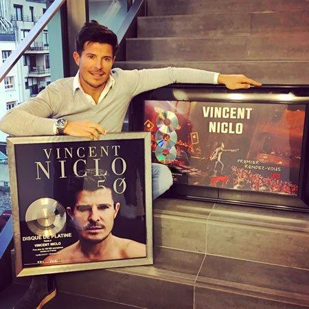 """Vincent Niclo : Disque de platine avec son album """"5.0"""""""