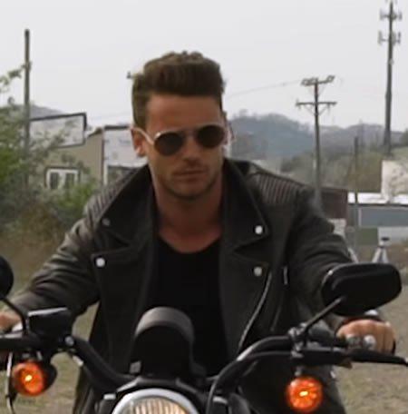 """Bastian Baker dévoile le clip de son single """"Love On Fire"""""""