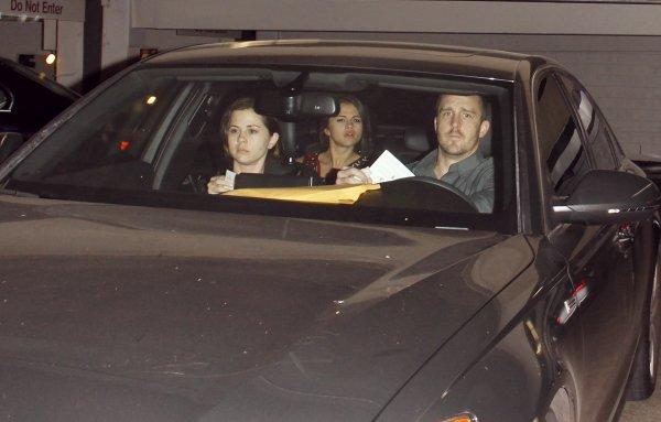 Selena a été repérée à la sortie de l'hôpital Cedars Sinai, à Los Angeles. Comme vous pouvez le découvrir sur les photos, la belle a un bandage sur son bras droit.