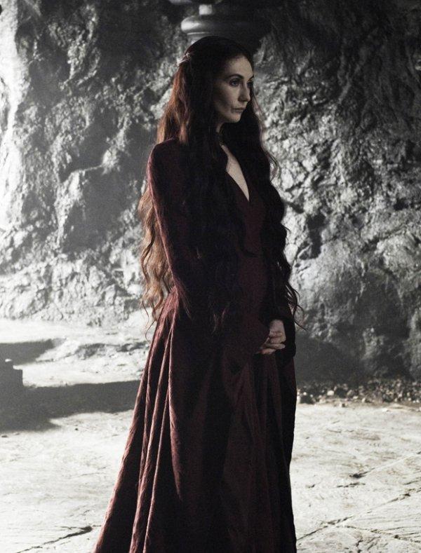 Mélisandre d'Asshaï - prêtresse de R'hllor et maîtresse de Stannis Baratheon