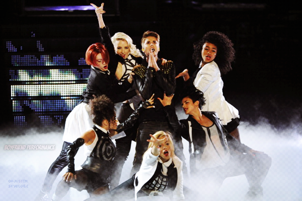08/05/2012 - JUSTIN REALISE LA PREMIERE PERFORMANCE DE« BOYFRIEND » (USA)