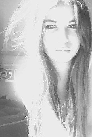 Et puis si tu pars, si tu décides de m'oublier et de tirer un trait sur le passé, emporte un peu de moi avec toi, emporte ces quelques larmes versées sur le passé de notre amour. Ne pars pas les mains vide, emporte quelques gouttes de mon parfum pour te souvenir de moi, de l'odeur que tu respirais il y a encore quelques heures. Respire ce parfum que tu serrais dans tes bras, ne l'oublie pas. Garde une partie de moi en toi, ne reste pas indeme de notre histoire, repense y comme a la plus belle. Parle de moi avec l'amertume de nos souvenirs et non avec la fierté de me compter parmi les autres. Je t'en prie, garde en mémoire ces quelques paroles, ces quelques mots qu'on s'échangeait il y'a si peu. Je t'aimais, moi. Par pitié ne l'oublie pas, ne m'oublie pas, parce que tu sais, le temps n'efface rien. Ni les pleurs ni les blessures, ni les cris ni les mots. La bonne humeur d'autrefois, les odeurs, les parfums. Le temps s'en souviens. Le temps, c'est le passé, les souvenirs, les bons et moins bons. Il n'y a réellement pas de mauvais souvenirs, il n'y a que des erreurs. Des erreurs du passé que l'on arrive pas a oublier. Mais sans ces erreurs, nous n'en serions pas la, sans ces maladresses nous n'aurions retenu aucune leçon du passé. Malgré tout, il faut savoir s'accepter avec ce qu'on a vécu et se dire que la vie continue. Ne pas s'arrêter sur ces erreurs communes et avancer en se souvenant des bonnes choses que personne d'autre n'aura vécu. Je t'en prie, garde moi comme un souvenir, ni bon, ni mauvais, mais garde moi ...