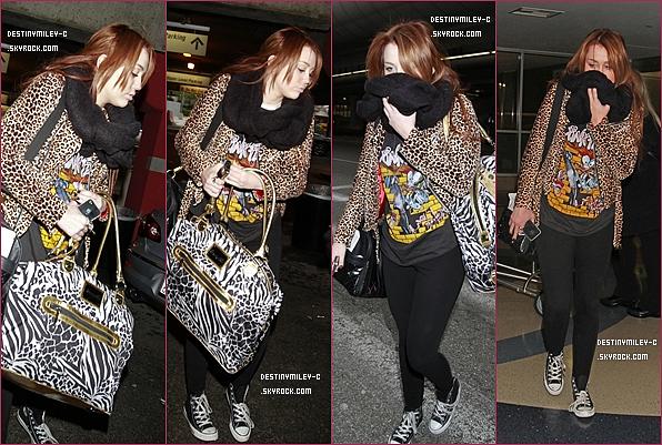 .06/03/11 : Miley à l'aéroport JFK de NYC, direction Los Angeles ce dimanche..