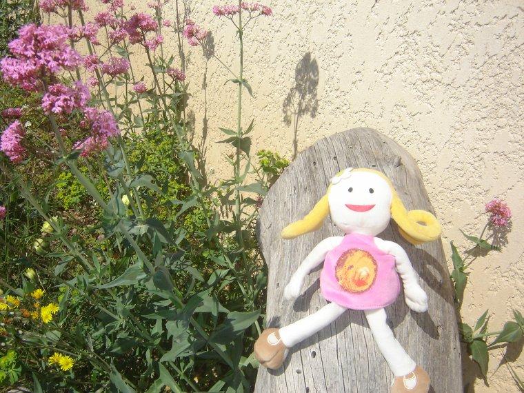 Emi et Fleur dans le jardin ( article de Anastasia )