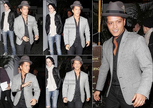 """. 7/03/12 : Bruno, accompagné de Samantha Ronson sortant de """"Chateau Marmont"""" à Hollywood. Il a prit quelques minutes de son temps pour s'arrêter voir ses fans, faire des dédicaces et poser avec eux pour des photos. [Video ici] ."""