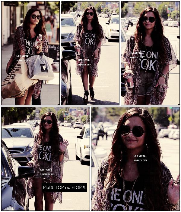 . . 2 Septembre : Demi Lovato dans la rue chargée de Sac . Tenue : Top ou Flop ? , Dites moi tout ! . .