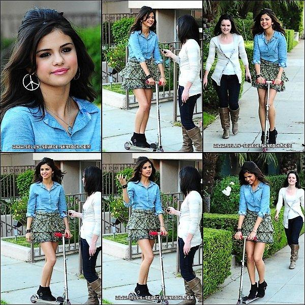 Le 4 Mai: Selena sur la pause pendant un tourange d'une publicité.