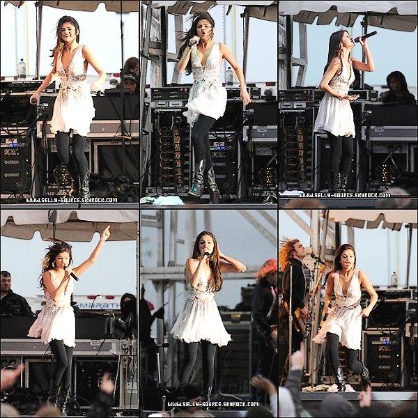 Le 7 Mai: Selena en concert à Dixon, où elle a chanté « Who says » et une reprise de « Parachute » par Cheryl Cole: