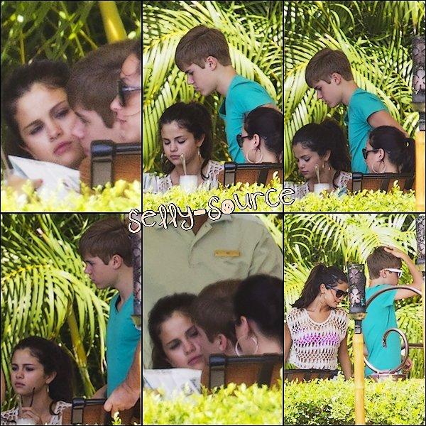 "Le 25 Mai : Selena Gomez & Justin Bieber au restaurant "" Four Seasons "" à Hawai."