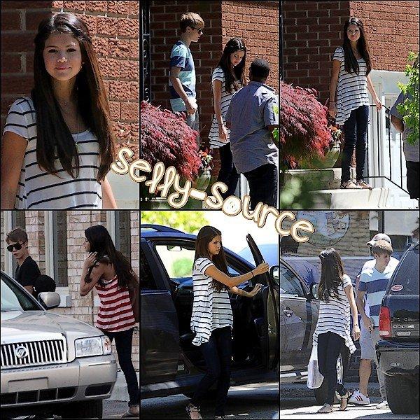 Le 2 Juin:  Selena sortant de sa voiture, arrivé à la maison Justin Bieber à Stratford, en Ontario.