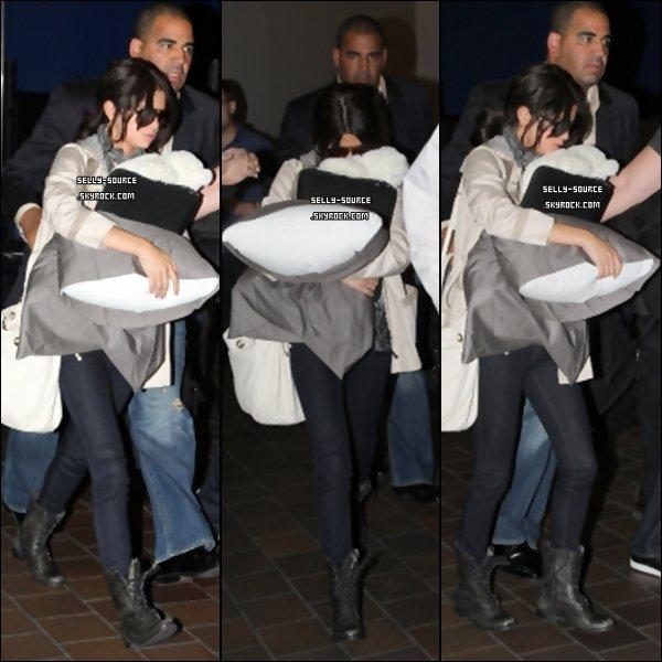 28.06.11 Selena à l'aéroport La Guardia à New York avec son oreiller et son inséparable ours en peluche.