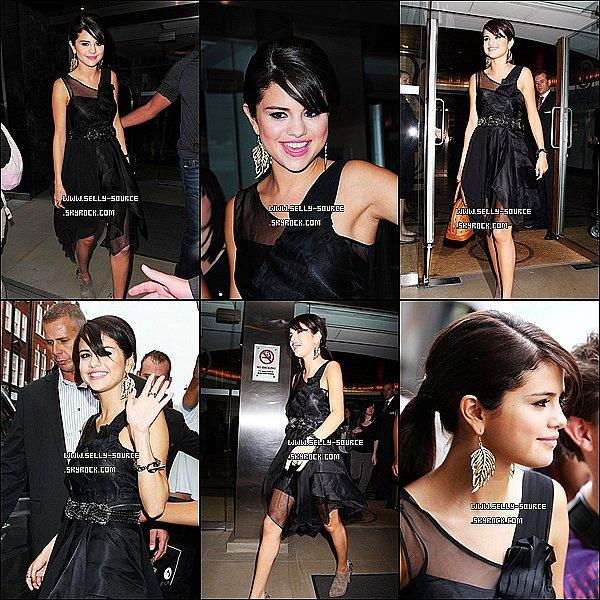 05.07.11 Selena en train de quitter son hôtel pour se rendre à un événement à HMV dans la soirée.