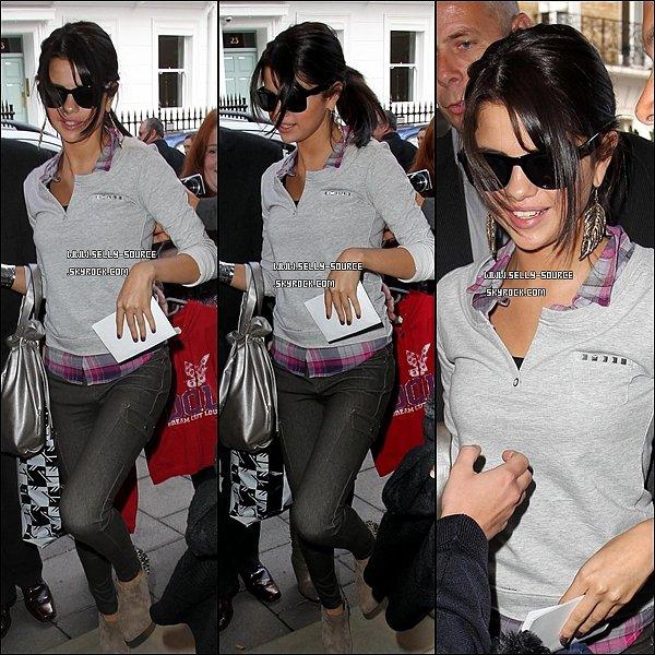 07.07.11 Selena a été photographiée en quittant les studios londoniens de la Radio 1.