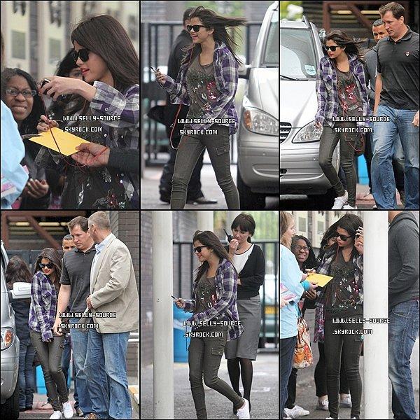 08.07.11 Sel' quitte son hôtel à Londres.