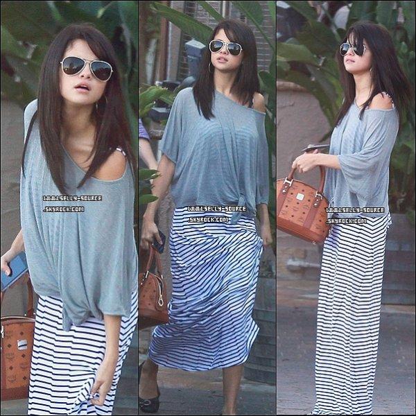 19.07.11  Selena quitte le restaurant Geoffrey à Malibu.