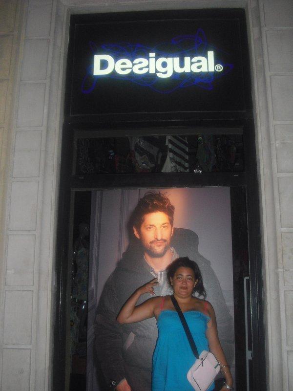 moi qui fait la pose photo devant un magasin