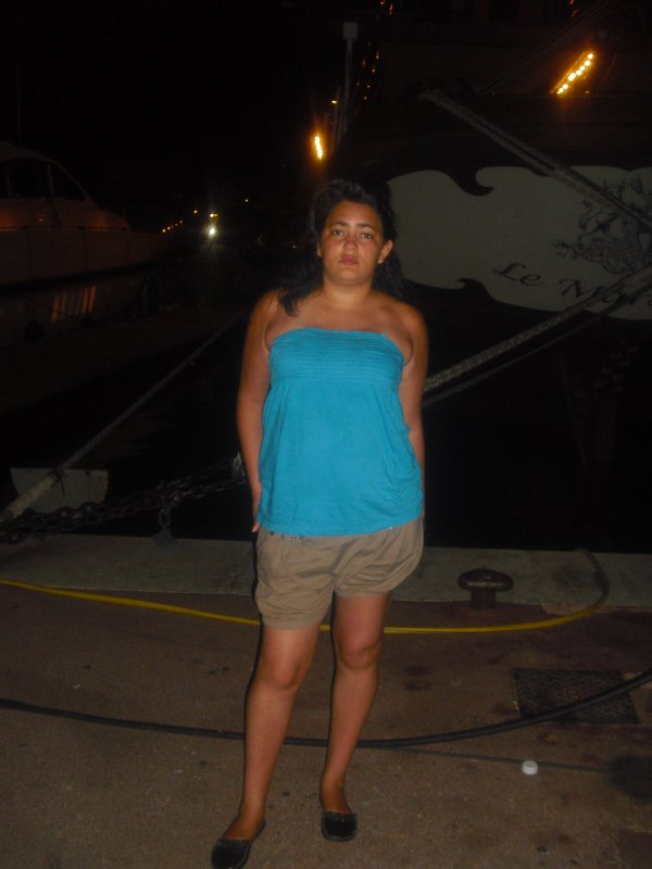 moi devant un bateau