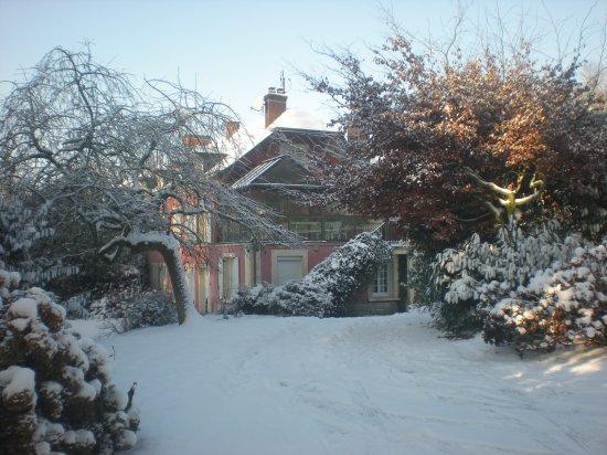 La maison sous la neige chambres d 39 h tes le pr che - Source sous la maison ...