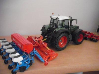 tracteur fentd 824 avec brise mottes frontale herse 4 m et semoir monosem 6 rangs