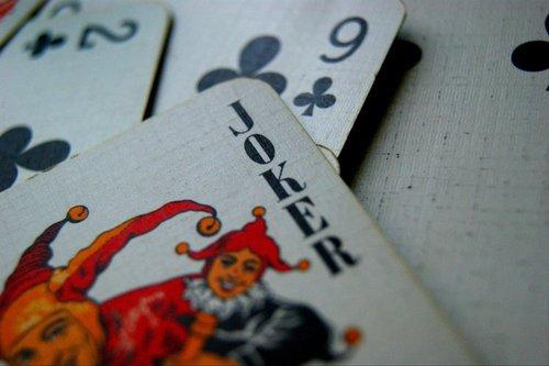 Et un jour on se retrouve à jouer seul. L'autre retire ses billes, reprend ses cartes, et vous restez là, comme un con, devant une partie inachevée .. A attendre. Parce que vous ne pouvez faire que ça, attendre. Cesser d'attendre, ça voudrait dire que c'est fini. Vous attendez en vain qu'elle relance les dès, vous pensez qu'il vous reste des cartes maîtresses que vous n'avez pas encore abattues, et qui changeront le cours de la partie. Mais vous avez perdu. Moi, j'ai perdu. Non, je suis perdu.