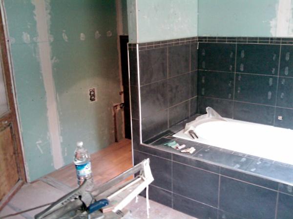 Attrayant Rénovation Du0027une Salle De Bains, Carrelage Mi Hauteur Et Caisson Autour De  La Baignoire.