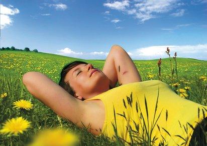 Se coucher dans l'herbe et regarder les nuages.
