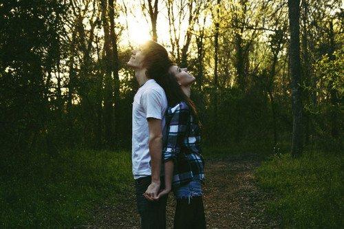 ~  J'aurais aimé t'aimer comme on aime le soleil, te dire que le monde est beau que c'est beau d'aimer,  j'aurais aimé t'écrire le plus beau des poèmes et construire un empire juste pour ton sourire , devenir le soleil pour sécher tes sanglots, et faire faire battre le ciel pour un futur plus beau... Mais c'est plus fort que moi tu vois je n'y peut rien, ce monde n'est pas pour moi, ce monde n'est pas le mien.