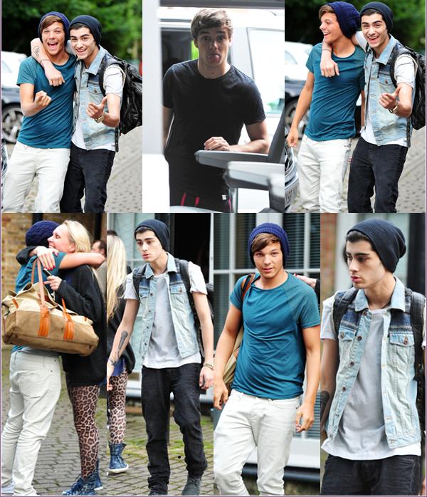 13/07/2012: Louis, Liam, Niall et Zayn, aucune trace de Harry, ont été pris en photos quittant des studios d'enregistrement dans Londres. Ils enregistraient pour leur second album.