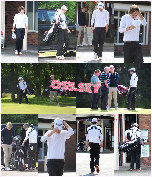14/05:2012:Harry a quand a lui était vu posant avec des fans a Holmes Chapel