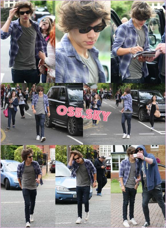 15/07/2012:Harry a été aperçu, encercler de fans, quittant sa maison à Holmes Chapel.