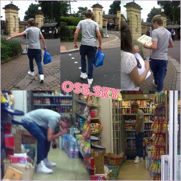 20/07/2012:20 juillet, Harry, valise en main a été aperçu quittant un hôtel dans Londres pour se rendre aux répétitions.