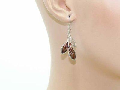 Une paire de boucles d'oreilles émail et strass