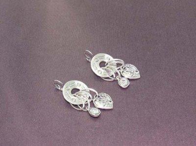 Boucles d'oreilles argentées ciselées pendants coeurs et strass couleur