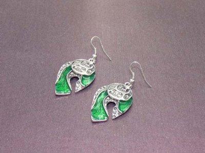 Boucles d'oreilles vertes et métal argenté sur dormeuses