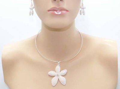 Parure avec collier pendentif sur cable émail et strass