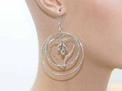 Une paire de boucles d'oreilles en métal argenté TOP QUALITE PRIX