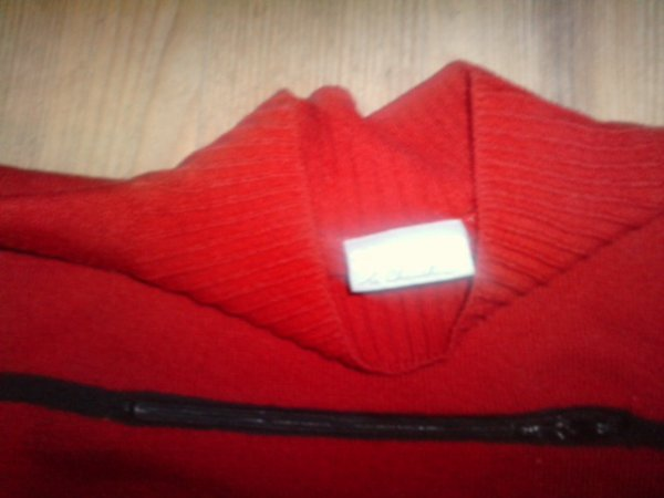 """pull venant de """"3suisse"""" rouge avec une fermeture noir devant  TAILLE UNIQUE mais je dirais TAILLE 1/2 PAS PLUS GRAND !"""