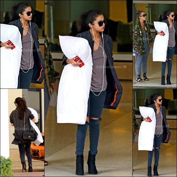 11.07.2014 : Selena a été photographiée arrivant à l'aéroport de Miami. Tenue simple, en même temps pour prendre l'avion c'est normal. Je n'aime pas trop c'est un BOF pour ma part. Vos avis ?