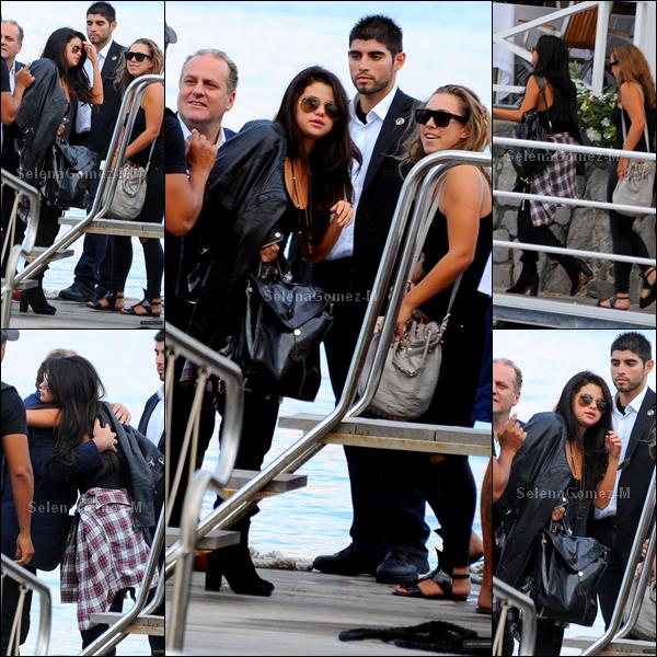 16.07.2014 : Selena a tout d'abord été aperçue sur un bateau à Naples. Selena est en Italie.