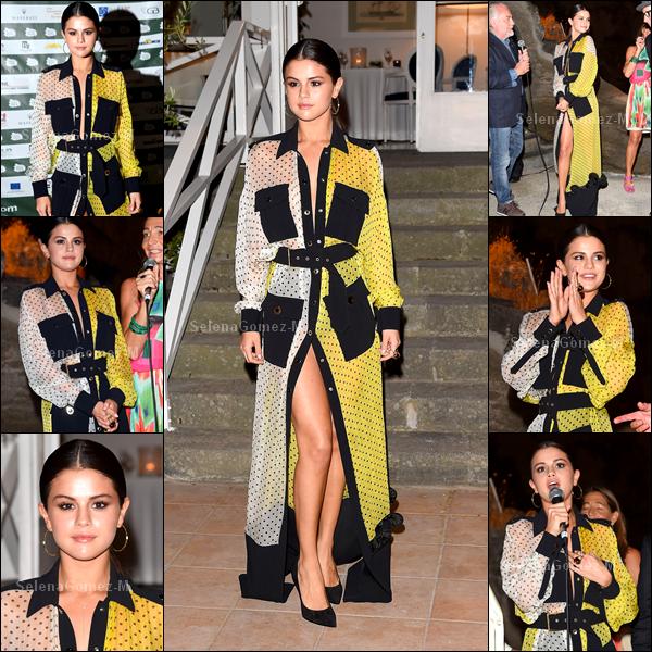 """18.07.2014 : Selena était au 7ème jour du festival """"Ischia Global Film and Music"""" à Ischia en Italie. J'aime assez sa robe, ses chaussures en revanche je n'aime pas trop. BOF pour ma part. Vos avis ?"""