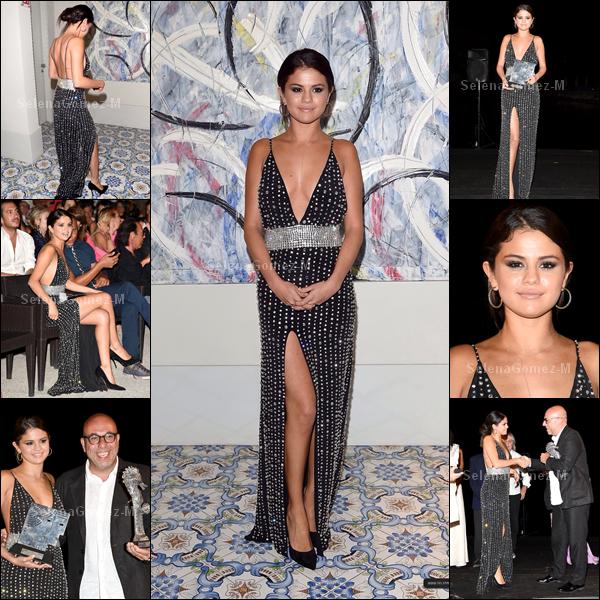 19.07.2014 : Selena a tout d'abord été photographiée lors d'une visite guidée dans la ville de Ischia, en Italie. Je la trouve toute belle, TOP. Vos avis ?